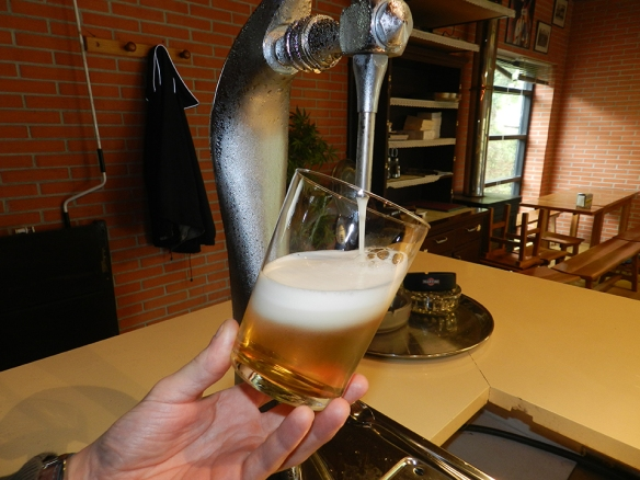 Sirviendo una caña en el bar Pio Baroja de San Sebastián